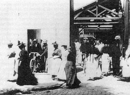 Trabajadores saliendo de la fábrica